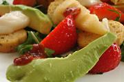 Pikáns epres saláta