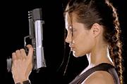 Angelina Jolie fegyverrel védi gyerekeit