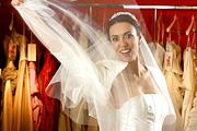 Okosan a menyasszonyi ruhák között