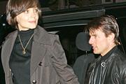 Tom Cruise figyelteti nőjét