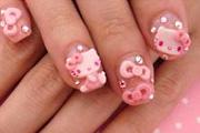 A japán lányok Hello Kitty manikűrben nyomják