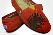 Charlize Theron cipőt tervezett és jótékonykodott