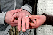 Férfi jegygyűrűvel kérnek férfi kezeket