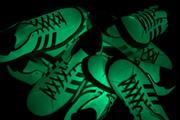 Egy edzőcipő, ami világít a sötétben