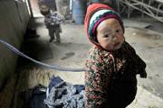 Kikötik a gyerekeiket a szegény kínai munkások