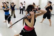 Szamurájkarddal lazulnak a japán nők