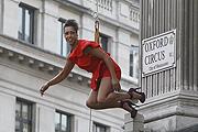 Lógó modellek hirdetik a London Fashion Weeket