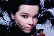 Björk Alexander McQueen előtt tiszteleg