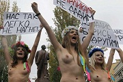 Ukrán nők félmeztelenül tüntetnek a jogaikért