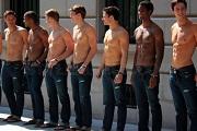 101 félmeztelen férfit tapogathattak az Abercrombie vásárlói