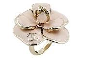 Perlik a Chanel-t egy ujjra szorult gyűrű miatt